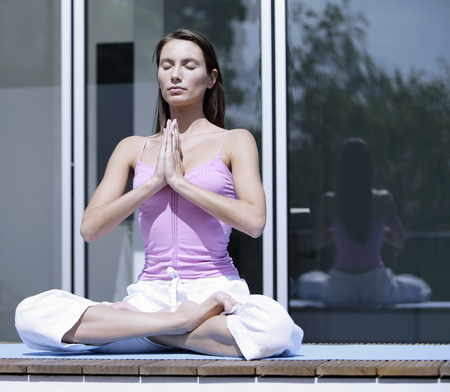 Portrait of a young woman meditating LANG_EVOIMAGES
