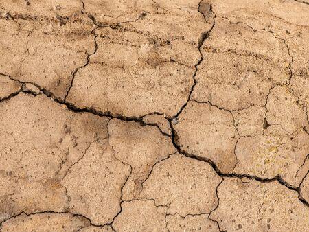 Cemento de hormigón viejo con grietas y destrucción natural por el tiempo y las condiciones climáticas