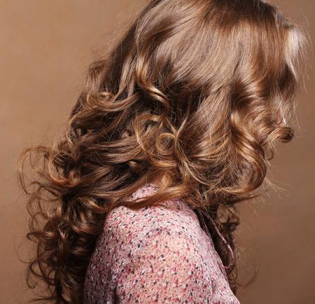 cabello rizado: Rizado. Peluquería. . Pelo de la onda natural