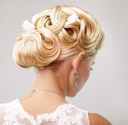 hochzeitsfrisur: Sch�ne Braut mit Mode Hochzeit Frisur - auf wei�en Hintergrund