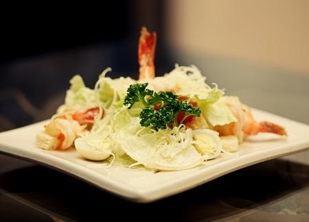 ensalada cesar: Ensalada César con camarones, restaurante.
