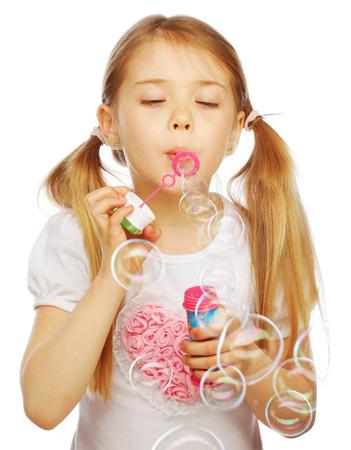Niña encantadora divertida soplar burbujas de jabón Foto de archivo - 32761109
