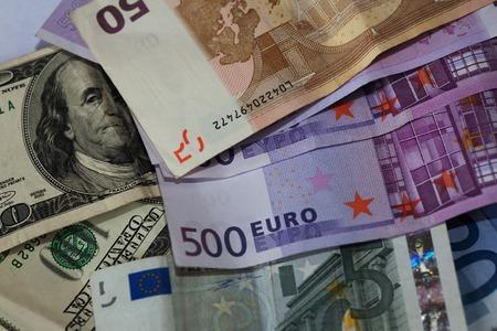 billets euros: dollar et euro notes.