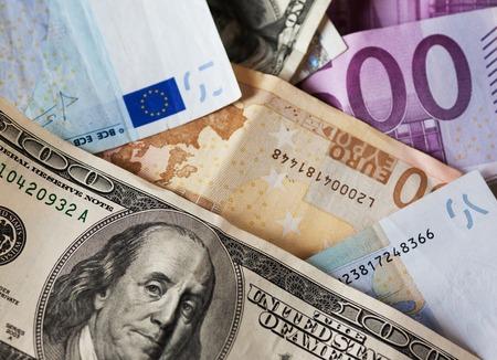 valorization: dollar and euro notes.