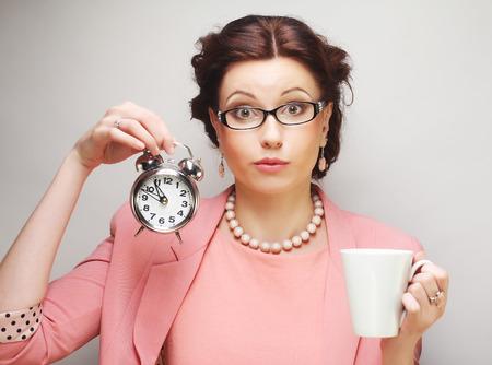 Junger lustiger Geschäftsfrau, die eine Kaffeepause