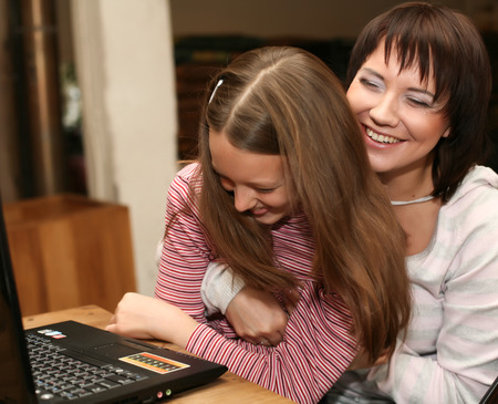 daugther: mother & daugther looking at computer