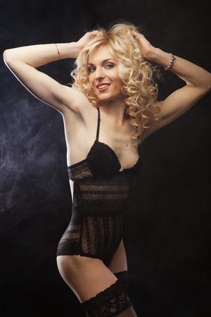 Junge sexy blonde Frau in der Wäsche Standard-Bild - 40745824