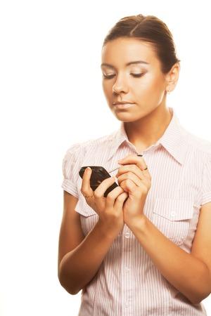 여자는 PDA에 메모를 씁니다.