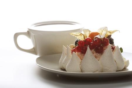 porcion de pastel: Taza de café y pastel blanco con frutas Foto de archivo