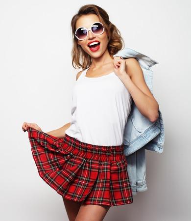 Mooie student meisje dat korte rok. Op een witte achtergrond. Stockfoto