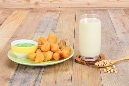 leche de soya: Plato de frito palillo masa y la leche de soja