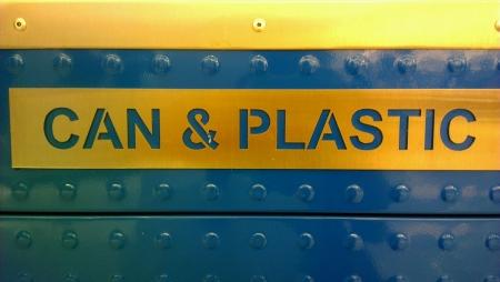 papelera de reciclaje: Papelera de reciclaje de lata y pl�stico Foto de archivo
