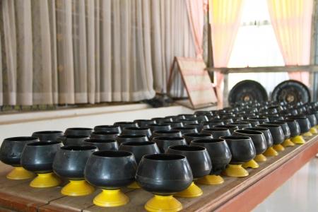 limosna: monje limosnas taz�n de fuente