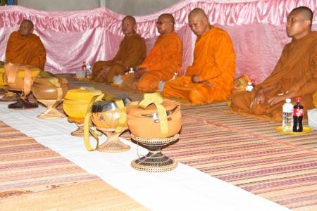 limosna: Monk s limosna taz�n