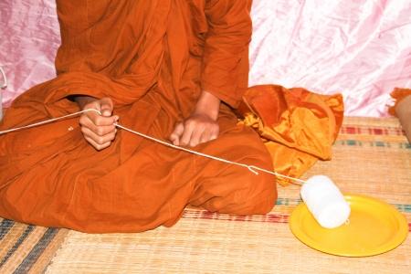 rituales: Los monjes y los rituales religiosos en templo tailand�s Foto de archivo