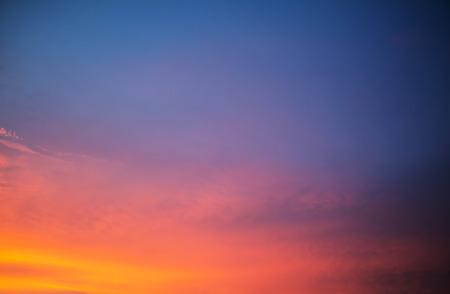 Orange und blau Sonnenuntergang Himmel Hintergrund Standard-Bild - 35183041