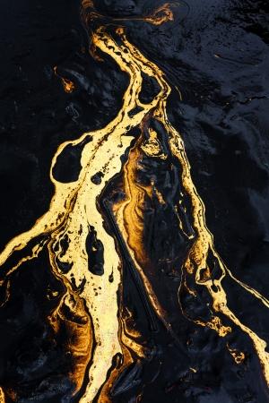 oil spill: Sversamento di petrolio texture sulla spiaggia di sabbia Archivio Fotografico
