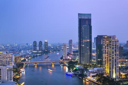phraya: Vista del r�o Chao Phraya, el crep�sculo y paisaje urbano