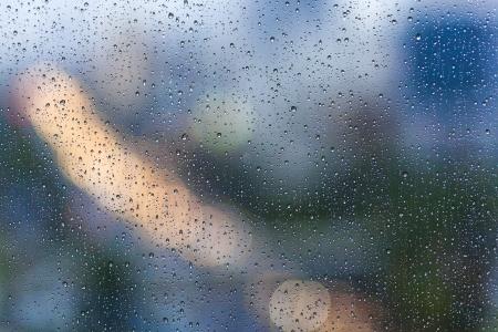 Gotas de lluvia sobre el vidrio en los días de lluvia Foto de archivo - 23880536
