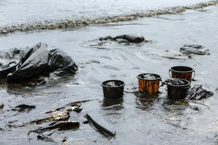 Samet 섬, 태국의 Ao Prao Beach에서 기름 유출 사고를 청소하는 데 사용되는 장비