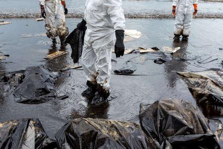 El petróleo crudo en el derrame de petróleo es accidente en una playa en la playa de Ao Prao, Koh Samet, Rayong, Tailandia