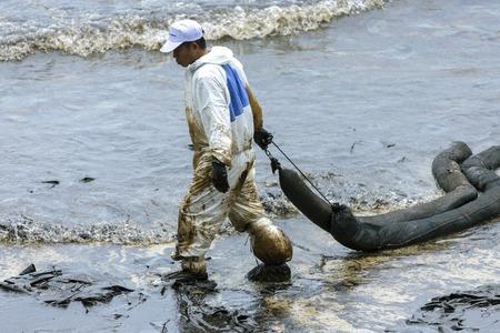 ラヨーン、タイ - 2013 年 7 月 31 日: 2013 年 7 月 31 日タイ ・ ラヨーンのビーチのサメット島から流出した油を洗浄としてバイオハザード スーツを使用