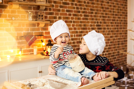 Children are cooked and played with flour and dough in the kitchen