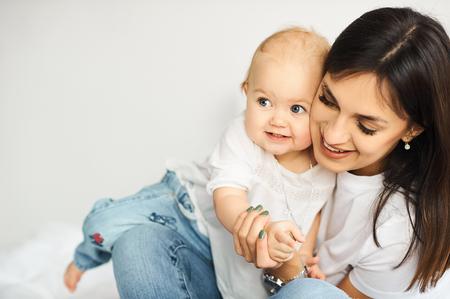 glückliche liebende Familie. Mutter spielt mit ihren Kindern im Schlafzimmer