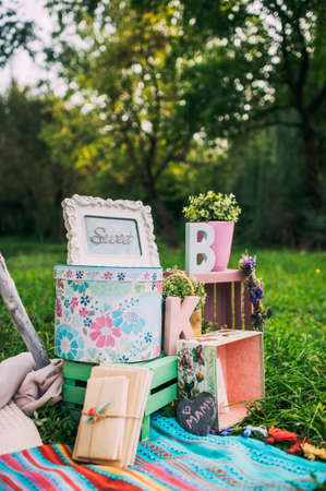 Details of retro decor for a photo shoot in nature in the park on a background of green nature. Zdjęcie Seryjne