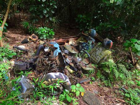 abandoned car: Coche abandonado en ruinas en la isla