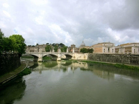 tiber: Puente sobre el r�o T�ber en Roma