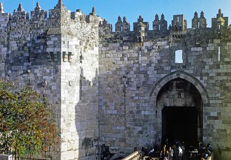 Damascus Gate with people in Jerusalem Redakční