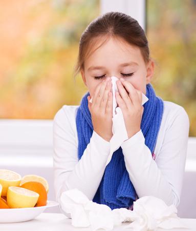 persona enferma: Ni�a sopla su nariz