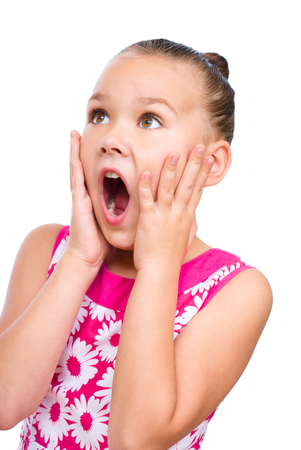 astonishment: La muchacha linda est� sosteniendo su cara de asombro y mirando hacia arriba, aislado m�s de blanco