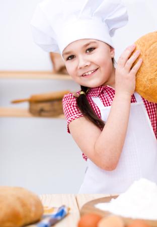 making bread: Linda chica haciendo pan en la cocina