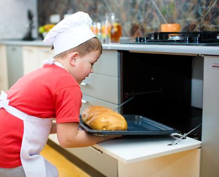 making bread: Ragazzo sveglio fare il pane in cucina