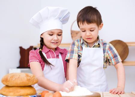 haciendo pan: Ni�os lindos haciendo pan en la cocina
