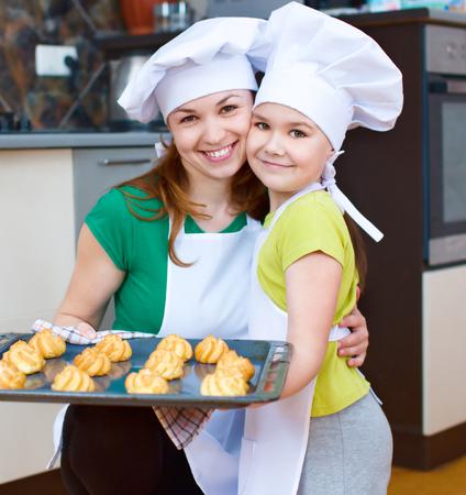 haciendo pan: Madre feliz con la hija fabricaci�n de pan en la cocina