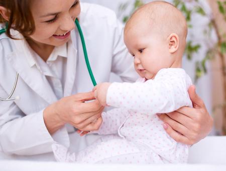 enfant malade: Docteur examine mignon petit enfant