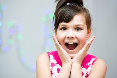 asombro: La muchacha linda est� sosteniendo su cara de asombro