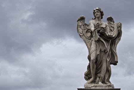 christian angel: la escultura del famoso Puente de Sant Angelo en Roma por Bernini