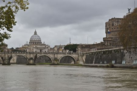cupola: San Pietro looming in the distance wth the Tiber in front Stock Photo