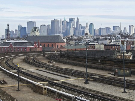 view of the skyline of New York City behind the tracks of the subway Stock Photo - 7105132