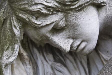 sad old woman: detalle de un antiguo fombstone de m�rmol en el cementerio central de Viena