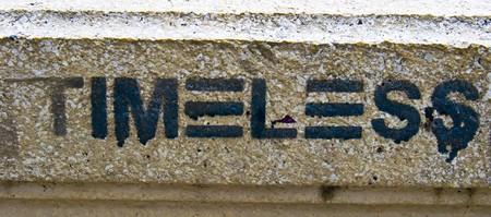 graffiti brown: Graffiti de la palabra intemporal en una pared de color marr�n