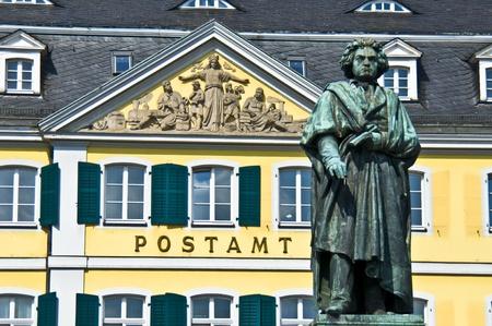 oficina antigua: estatua de Beethoven frente a la antigua oficina de correos en Bonn