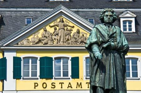 oficina antigua: estatua de Beethoven en frente del antiguo edificio de correos en Bonn