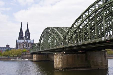 Blick auf den Dom zu Köln und der Hohenzollernbrücke Standard-Bild - 10447078