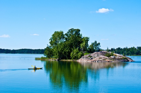 finland�s: un paisaje tranquilo de Finlandia en Helsinki con una canoa en la distancia