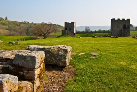 hadrian: parte de las ruinas de la fortaleza romana en el Housesteads Adriano Editorial
